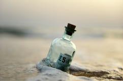 Bottiglia con un segno da cinque libbre dentro Immagini Stock Libere da Diritti