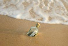 Bottiglia con un segno da venti libbre dentro Immagini Stock
