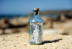 Bottiglia con un segno da venti libbre dentro Immagini Stock Libere da Diritti