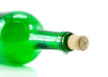Bottiglia con una goccia isolata immagine stock