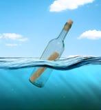Bottiglia con una lettera dal relitto Immagini Stock Libere da Diritti