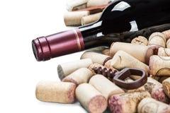 bottiglia con vino rosso ed i tappi del vino isolati Immagini Stock