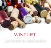 bottiglia con vino rosso ed i tappi del vino isolati su bianco Fotografia Stock Libera da Diritti