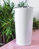 Bottiglia d'acciaio bianca sul fondo del tavolo da cucina Tazza in bianco della bevanda per progettazione fotografia stock libera da diritti