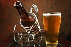 Bottiglia da birra in un contenitore. Fotografie Stock Libere da Diritti