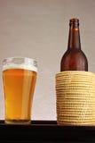 Bottiglia da birra in un contenitore Fotografia Stock