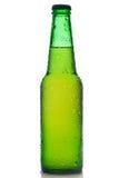 Bottiglia da birra verde con le gocce dell'acqua Fotografie Stock