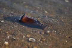 Bottiglia dei rifiuti sulla spiaggia Fotografie Stock