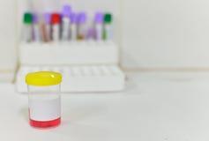 Bottiglia del campione di urina Fotografie Stock