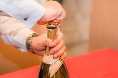 Bottiglia del champagne di apertura fotografie stock