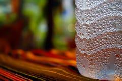Bottiglia del fondo dell'Asia del sudore delle goccioline di acqua immagine stock libera da diritti