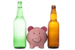Bottiglia del sidro e della birra con la banca piggy immagini stock