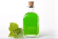 Bottiglia del succo dell'ortica fotografie stock libere da diritti