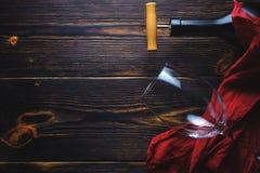 Bottiglia del vetro di vino sopra fondo di legno Copi lo spazio fotografie stock libere da diritti