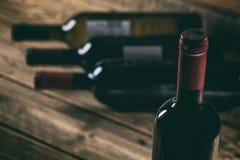 Bottiglia del vino rosso su fondo di legno Immagini Stock Libere da Diritti