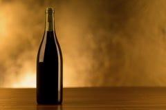 Bottiglia del vino rosso su fondo dorato Immagine Stock Libera da Diritti