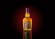 Bottiglia del whiskey del ` di Chivas Regal del ` con la lampadina rosso scuro Immagine Stock