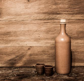 Bottiglia dell'argilla e tazze dell'argilla Fotografia Stock Libera da Diritti