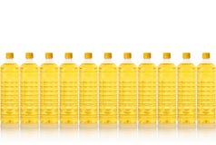 Bottiglia dell'olio da cucina in una riga fotografia stock libera da diritti