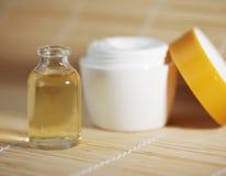 Bottiglia dell'olio della stazione termale con crema immagine stock