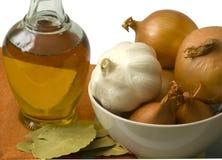 Bottiglia dell'olio di oliva con la cipolla e l'aglio Fotografia Stock Libera da Diritti