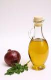 Bottiglia dell'olio di oliva con la cipolla ed il prezzemolo Fotografia Stock