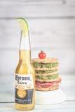Bottiglia della birra della corona con il panino del pane croccante Fotografia Stock