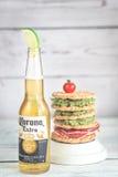Bottiglia della birra della corona con il panino del pane croccante Immagini Stock