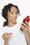 Bottiglia della medicina della lettura della donna fotografia stock libera da diritti