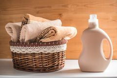 Bottiglia della merce nel carrello degli asciugamani e del detersivo fotografie stock libere da diritti
