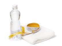 Bottiglia della misura dell'acqua, del tovagliolo e di nastro Fotografia Stock Libera da Diritti