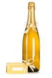 Bottiglia della scheda dell'invito di cerimonia nuziale e del champagne Fotografia Stock