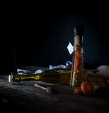 Bottiglia delle carote e del cereale inscatolati, spezie su una tavola di legno Fondo scuro Fotografia Stock Libera da Diritti