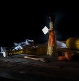 Bottiglia delle carote e del cereale inscatolati, spezie su una tavola di legno Fondo scuro Immagini Stock Libere da Diritti