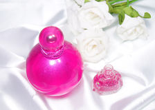 Bottiglia dello smalto di chiodo e del profumo Immagini Stock Libere da Diritti