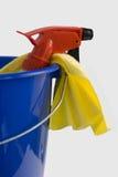 Bottiglia dello spruzzo in benna blu Immagini Stock Libere da Diritti