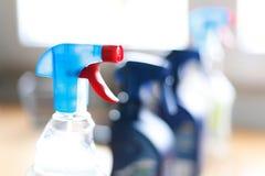 Bottiglia dello spruzzo dei pulitori disinfettanti della famiglia Fotografie Stock Libere da Diritti