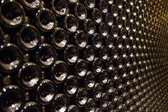 Bottiglia di accensione delle bottiglie di vino Fotografie Stock Libere da Diritti