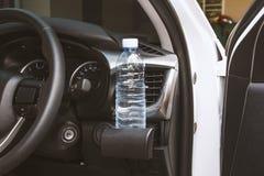 Bottiglia di acqua bevente sul supporto di tazza Fotografie Stock Libere da Diritti