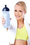 Bottiglia di acqua bionda sportiva sveglia della tenuta della donna Fotografia Stock Libera da Diritti