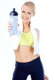 Bottiglia di acqua bionda sportiva sveglia della tenuta della donna Immagini Stock