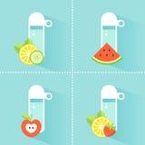 Bottiglia di acqua della disintossicazione con frutta e le verdure Immagini Stock