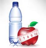 Bottiglia di acqua e mela con il measu Fotografia Stock Libera da Diritti