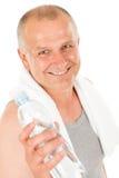 Bottiglia di acqua felice della stretta di forma fisica dell'uomo maggiore Fotografie Stock