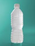 Bottiglia di acqua glassata su verde Fotografia Stock