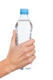 Bottiglia di acqua in mano della donna Fotografie Stock Libere da Diritti