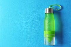 Bottiglia di acqua di sport sul fondo di colore immagine stock