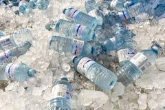 Bottiglia di acqua su ghiaccio fotografia stock