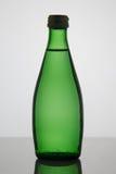 Bottiglia di acqua su priorità bassa bianca Fotografia Stock