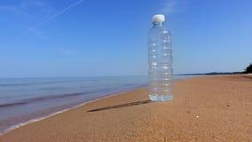 Bottiglia di acqua sulla spiaggia